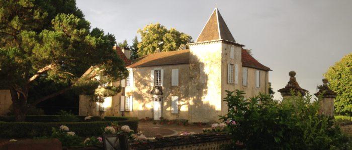Chateau Perron à l'ombre des pins